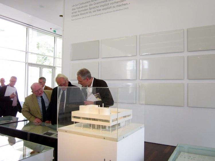 "Richard Meier at the preview of the exhibition front: original maquette Villa Savoye Le Corbusieron the wall: ""15 Meier whites"" Ine Vermee"